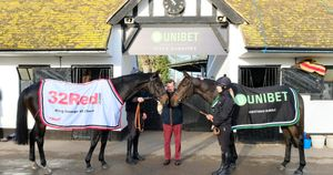 Trainer Nicky Henderson between Might Bite (left) and Buveur D'Air