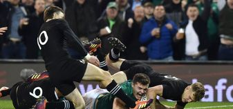 Jacob Stockdale scores for Ireland