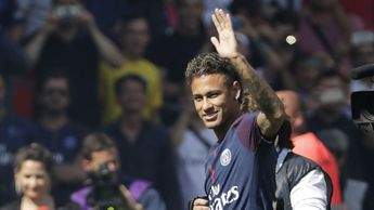 Neymar waves to the PSG fans