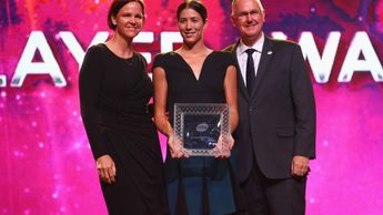 Garbine Muguruza (C) collects her award