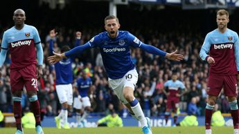 Gylfi Sigurdsson scores Everton's second against West Ham