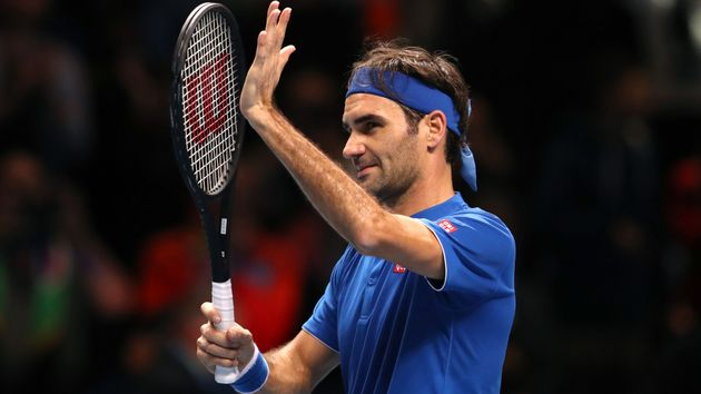 Roger Federer acknowledges the crowd