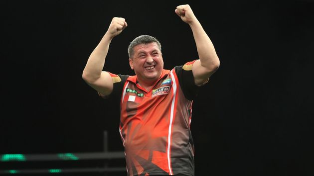 Mensur Suljovic celebrates his victory (Lawrence Lustig, PDC)