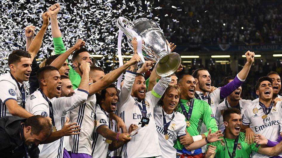 Real Madrid mit der Champions League-Trophäe
