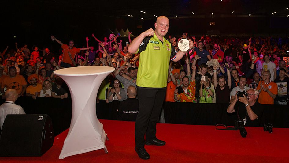 Dutch Darts Masters champion Michael van Gerwen with the delighted fans (picture: Stefan Strassenburg/PDC Europe)