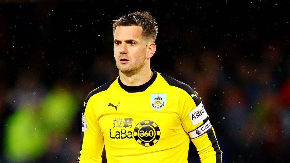 Burnley goalkeeper Tom Heaton has signed for Premier League newcomers Aston Villa