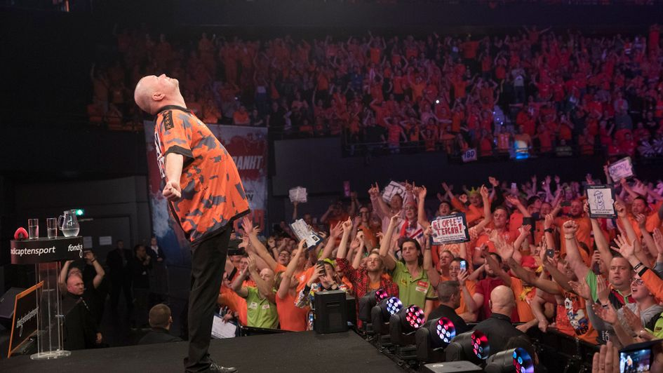 Raymond van Barneveld salutes the Rotterdam crowd after his final match (Picture: Lawrence Lustig/PDc)